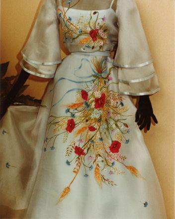 3471c54ef2c4 Stendardo della Giostra della Quintana. Superba composizione floreale  dipinta su abito da sposa. Tenda fondale con dipinti creativi d ambiente.